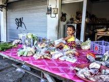 Poco muchacha indonesia, Canggu, Bali, Indonesia, abril de 2018 foto de archivo libre de regalías