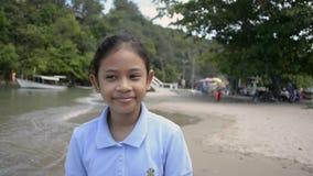 Poco muchacha linda que camina feliz en la playa almacen de metraje de vídeo