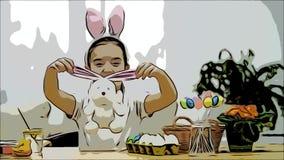 Poco muchacha linda se está divirtiendo que pinta con el conejito de pascua, que tiene los mismos oídos, como ella tiene La mucha almacen de metraje de vídeo
