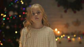 Poco muchacha sola que pide la ayuda que celebra hacia fuera la mano, caridad en orfelinato, Navidad almacen de metraje de vídeo