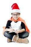 Poco muchacho asiático de la sonrisa con el sombrero de santa Imágenes de archivo libres de regalías