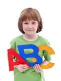 Poco muchacho de escuela con las cartas grandes Foto de archivo