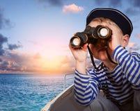 Poco muchacho de la nave con binocular Fotos de archivo