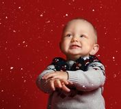 Poco muchacho sonriente del niño vestido en un suéter caliente fotografía de archivo libre de regalías