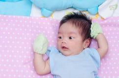Poco neonato con i molti eruzione sul fronte Fotografia Stock Libera da Diritti