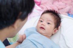 Poco neonato con i molti eruzione sul fronte Fotografie Stock Libere da Diritti