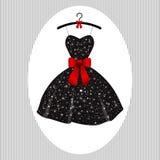 Poco nero del vestito da sera sui ganci Fotografia Stock
