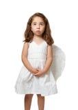 Poco niño del ángel que mira sereno al cielo fotos de archivo
