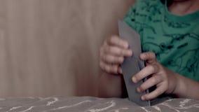Poco niño que mezcla tarjetas almacen de metraje de vídeo