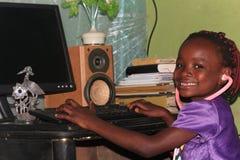 Poco niños nigerianos que abrazan tecnología en escuela imagenes de archivo