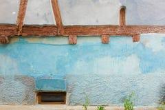 Poco obturador de la ventana de una casa de entramado de madera foto de archivo