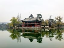 Poco pabellones siguientes el lago dentro del palacio de verano imperial del centro turístico de montaña en Chengde fotografía de archivo