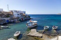Poco paesino di pescatori nell'isola di Kimolos, Cicladi, Grecia Fotografie Stock