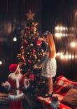 Poco Papá Noel con la niña fotos de archivo