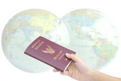 Poco pasaporte del control de la mano, concepto del viaje Foto de archivo