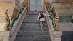 Poco paseo turístico de la muchacha arriba al templo de Buda almacen de metraje de vídeo