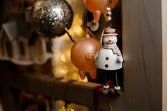 Poco pequeña situación linda del juguete del muñeco de nieve en el estante de madera fotos de archivo libres de regalías