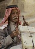 """Poco PETRA, †della Giordania """"20 giugno 2017: Uomo beduino anziano o uomo dell'arabo in attrezzatura tradizionale, giocante il  Immagine Stock"""