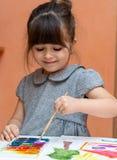 Poco pintura europea de la muchacha en la tabla dentro fotografía de archivo libre de regalías