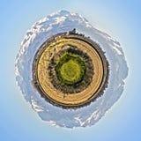 Poco planeta con el campo del valle del Po y en el b fotografía de archivo