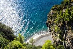 Poco playa del mar Mediterráneo en la costa de Amalfi del cierre Positano de Italia fotografía de archivo