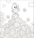 Poco polluelo de Pascua en una pila de huevos adornados ilustración del vector
