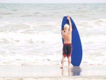 Poco practicando surf Foto de archivo libre de regalías