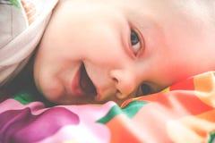 Poco primer sonriente de mentira del beb? imágenes de archivo libres de regalías