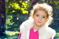 Poco primo piano della ragazza di modo di beautifu all'aperto Fronte felice del bambino Fotografia Stock