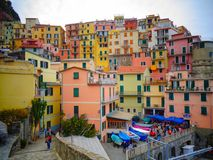 Poco pueblo con las casas coloridas imagenes de archivo
