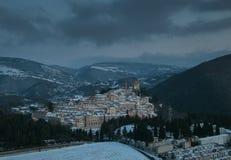 Poco pueblo en el apennines italiano Imagenes de archivo