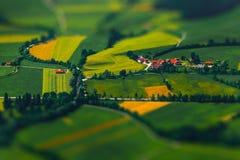 Poco pueblo entre los campos verdes Imagenes de archivo