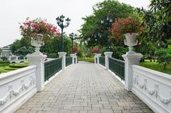Poco puente en el parque Fotos de archivo