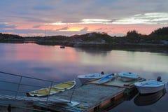 Poco puerto deportivo en crepúsculo Fotos de archivo libres de regalías