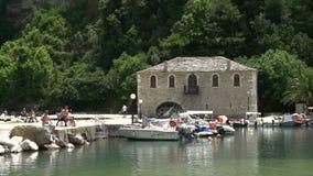 Poco puerto en el akti del chrisi, Thassos Grecia almacen de metraje de vídeo