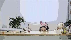Poco que juega al ni?o con los o?dos del conejito en su cabeza est? ocultando debajo de la tabla de madera, llena de decoraciones