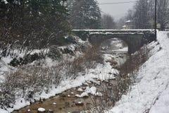 Poco río nevoso en al sureste de Francia imagenes de archivo