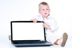 Poco ragazzo di affari in vestito bianco solido che si siede al taccuino. Immagine Stock