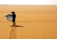 Poco, ragazzo e grande deserto Fotografia Stock