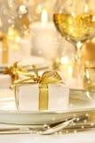 Poco regalo ribboned oro Fotografía de archivo