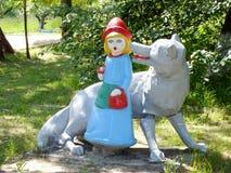 Poco Ridinghood rojo y lobo gris Imágenes de archivo libres de regalías
