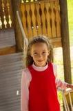 Poco ritratto sveglio della ragazza della scuola divertendosi e giocando all'aperto nel giorno di estate Fotografie Stock