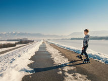 Poco rodillo en el camino nevoso en la primavera temprana Fotografía de archivo