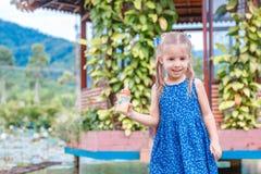 Poco situaci?n hermosa de la muchacha con una botella de comida de pescados a disposici?n Yang Bay Vietnam foto de archivo