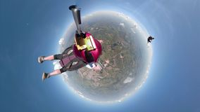 Poco skydivers del planeta que se divierten