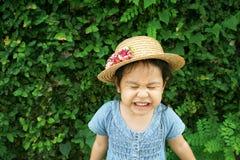 Poco sombrero que lleva con la cara divertida y la sonrisa Foto de archivo libre de regalías