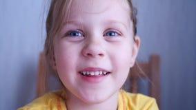 Poco sonrisas de la muchacha del niño almacen de video