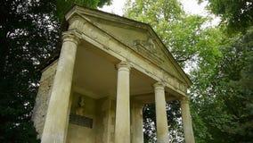 Poco tempio greco romantico al castello di Canon, Francia stock footage