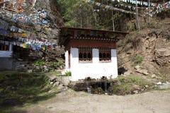 Poco templo y banderas del rezo cerca del tango Goemba en Timbu - Bhután Foto de archivo