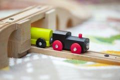 Poco treno di legno del giocattolo fotografia stock